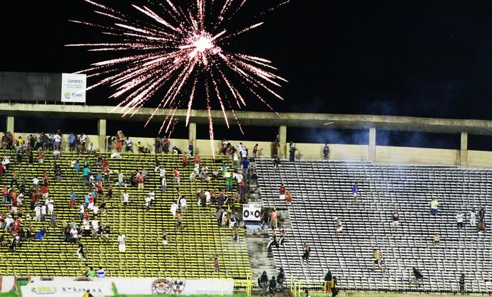 Torcida joga fogos de artifício em confusão (Foto: Joana D'arc Cardoso/GloboEsporte.com )