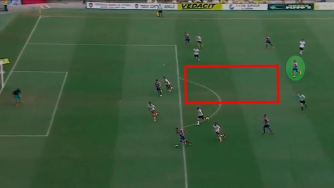 Feijão ataca o espaço vazio e aparece na área para marcar (Foto: GloboEsporte.com)