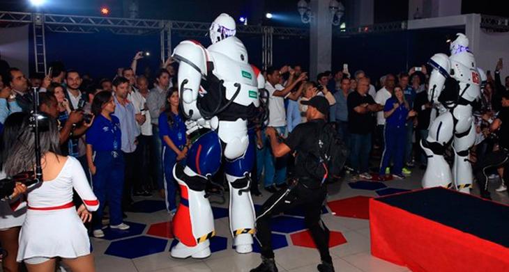 Robôs participam de apresentação de novo material esportivo do Bahia