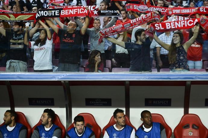 Torcedores do Benfica sobre o banco do Besiktas com Talisca