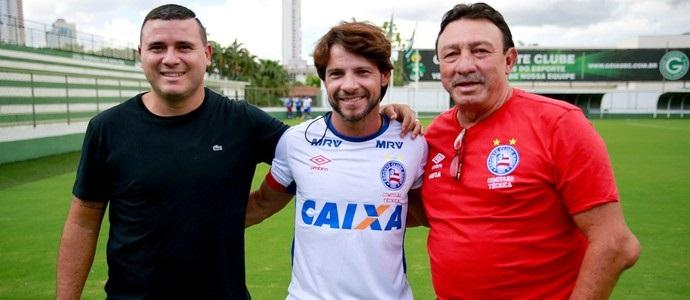 Em visita, Nonato posou para foto com Preto Casagrande e Beijoca (Foto: Felipe Oliveira / Divulgação / E.C. Bahia)