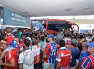 Torcida cerca o ônibus do Bahia (Foto: Max Haack / Ag Haack / Bahia Notícias)
