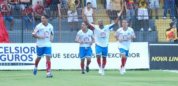 Diego Correa comemora o primeiro gol do Bahia diante do Sport, na Ilha do Retiro (Foto: Antônio Carneiro/AE)