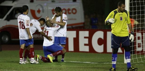 De joelhos, Jael comemora seu gol na vitória do Bahia sobre o Paraná Clube (Foto: Lunaé Parracho/Agência A Tarde/AE)
