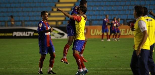 Rogerinho comemora após marcar o segundo gol do Bahia nos acréscimos do jogo (Foto: Wolmer Ezequiel/AE)