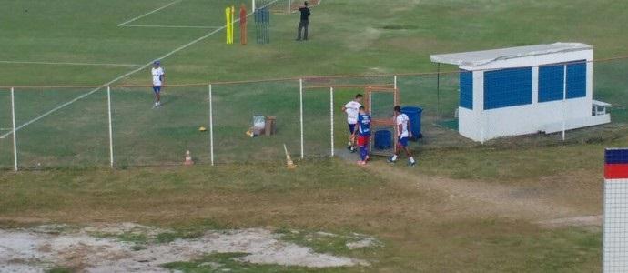 Zé Rafael entra no campo de treinamento do Fazendão (Foto: Rafael Santana)