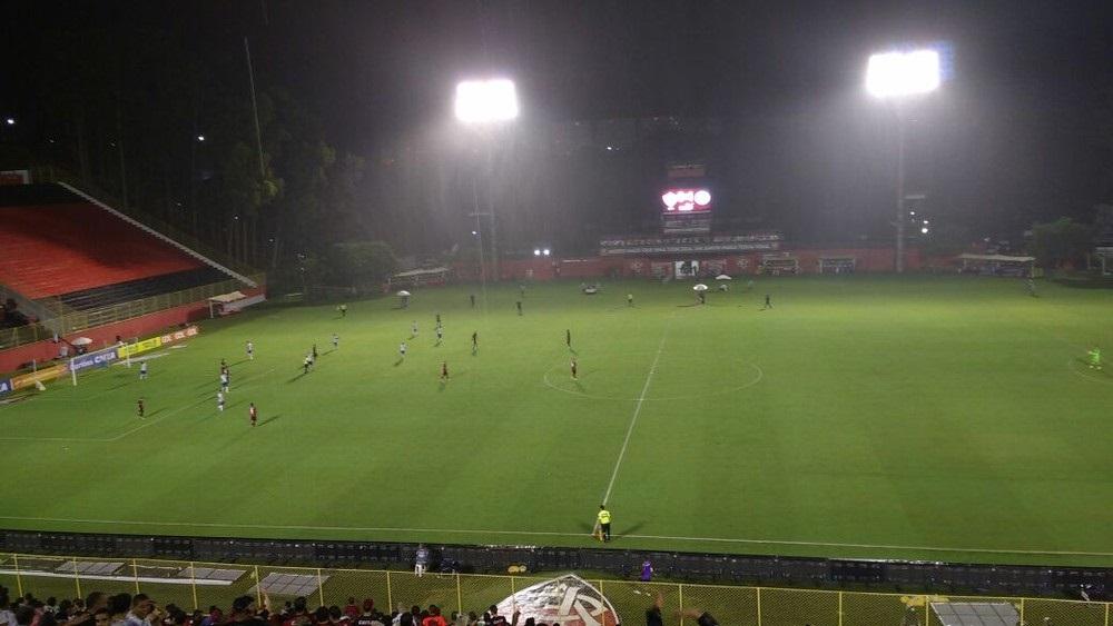 Vitória coloca todos os jogadores no campo de ataque (Foto: Rafael Santana)
