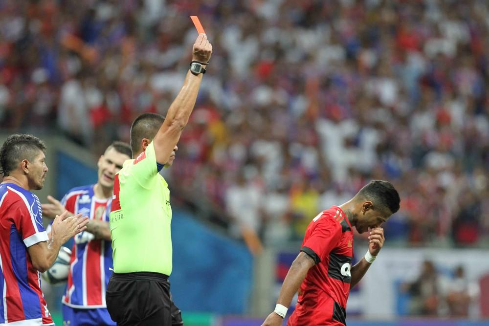 Rogério é expulso na partida contra o Bahia, na Arena Fonte Nova (Foto: Marlon Costa / Pernambuco Press)