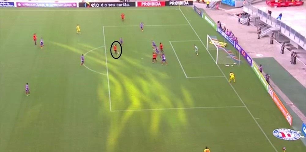 Guilherme com extrema liberdade para concluir no gol (Foto: Reprodução)