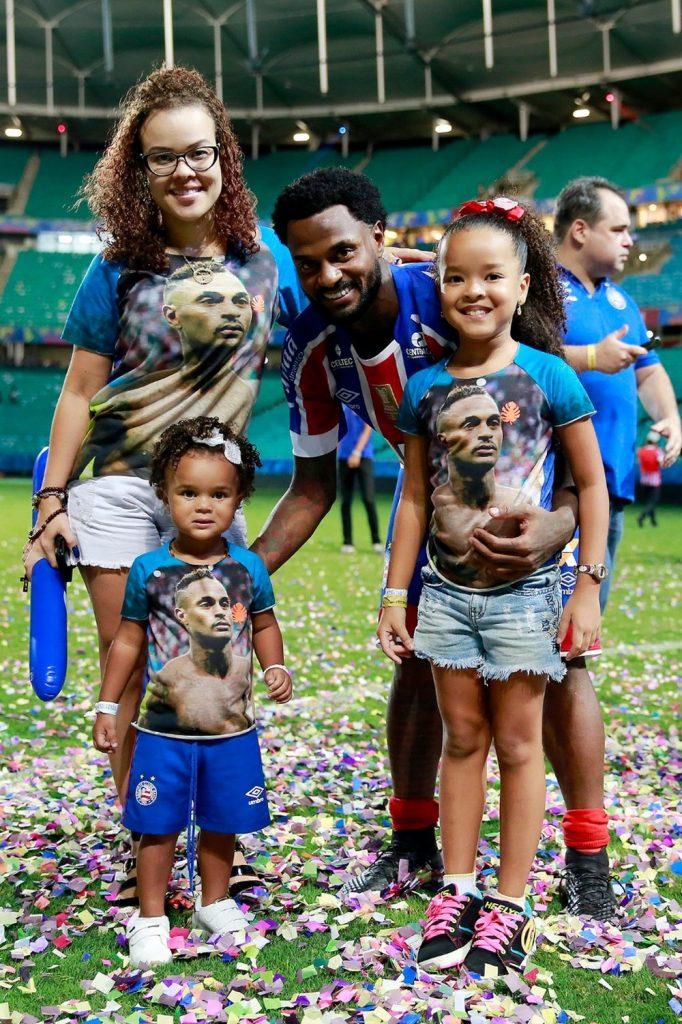 Renê Junior posa com filhas e esposa após conquista da Copa do Nordeste (Foto: Felipe Oliveira/Divulgação/EC Bahia)