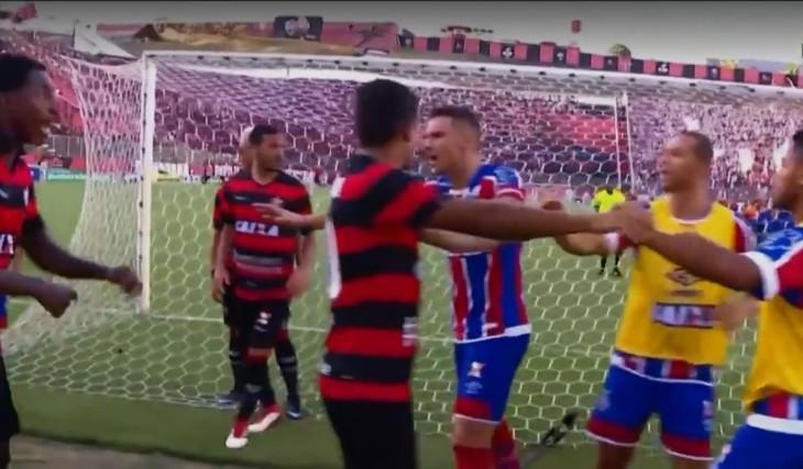 Jogadores tentam amenizar a briga (Foto: Reprodução)
