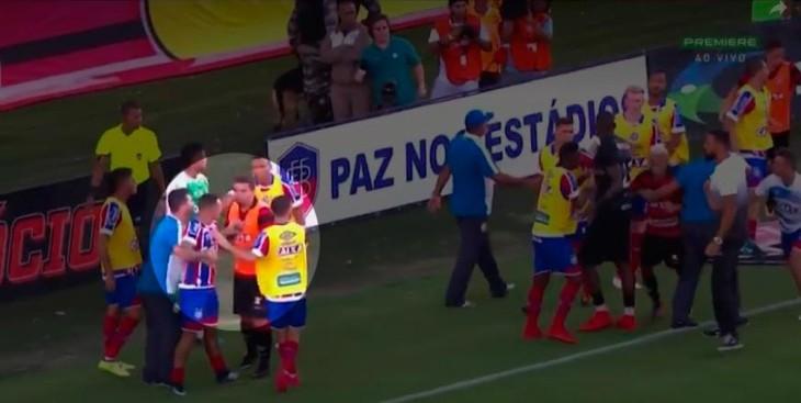 André Lima tenta consolar Vinícius (Foto: Reprodução)