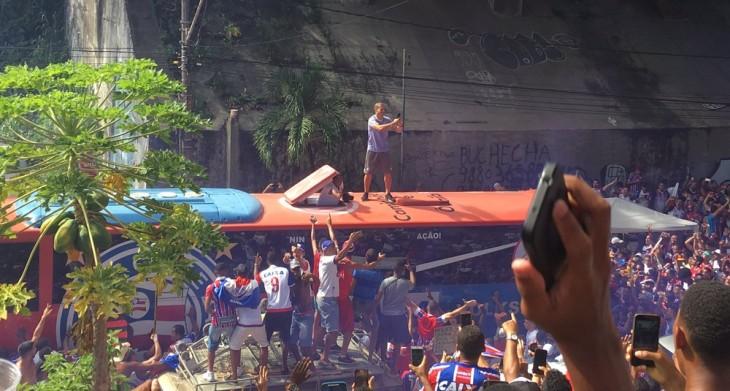 Nilton sobe no ônibus antes de Ba-Vi (Foto: Rafael Santana)