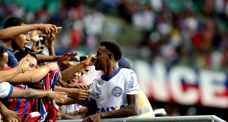 Ramires com a torcida do Bahia na Arena Fonte Nova (Foto: Felipe Oliveira/Divulgação/EC Bahia)
